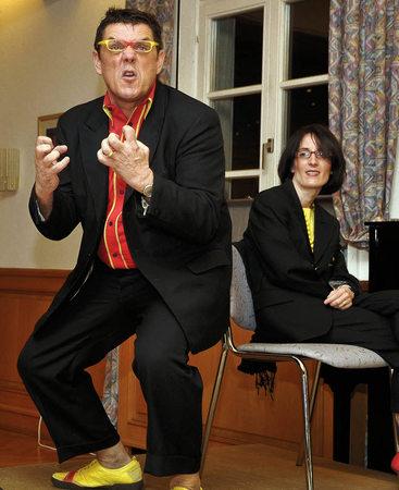 De Hämme in seinem Element – und seine Ehefrau Diana (im Hintergrund) wird auch noch als Tontechnikerin eingespannt. Foto: Bernhard Rein