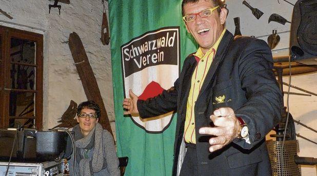 Helmut Dold amüsierte die Besucher in der Reichenbacher Hammerschmiede in seiner Rolle als »de Hämme«, unterstützt von seiner Frau Diana. Foto: Alfons Vögele